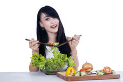 Frau, die den Gemüsesalat mischt Stockfoto