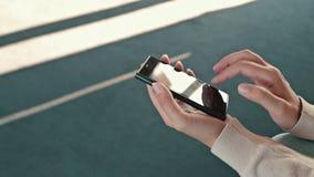 Frau, die den Handy im leeren Konferenzsaal des Kreuzschiffs verwendet stock video