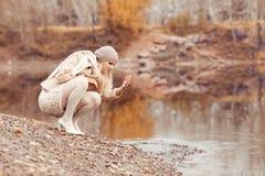Frau, die in den Herbst Park geht stockfotografie