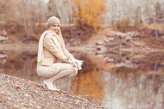 Frau, die in den Herbst Park geht lizenzfreie stockfotografie