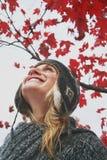 Frau, die den Herbsthimmel betrachtet Stockfotografie