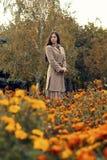 Frau, die in den Herbstpark mit Regenschirm geht Lizenzfreie Stockfotografie