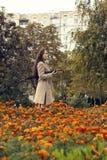 Frau, die in den Herbstpark mit Regenschirm geht Lizenzfreie Stockfotos