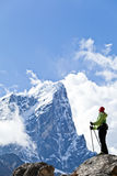 Frau, die in den Himalaja-Bergen wandert Lizenzfreies Stockfoto