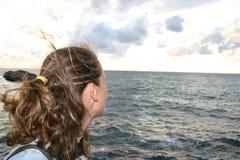 Frau, die den Horizont überwacht Lizenzfreies Stockfoto