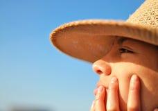 Frau, die den Horizont betrachtet lizenzfreies stockbild