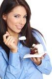 Frau, die den Kuchen isst. Stockbilder