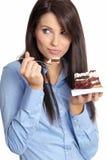 Frau, die den Kuchen isst. lizenzfreies stockfoto