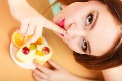 Frau, die den Kuchen zeigt ruhiges Zeichen isst gluttony stockfotografie
