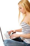 Frau, die den Laptop - lokalisiert über einem weißen Hintergrund verwendet lizenzfreies stockfoto