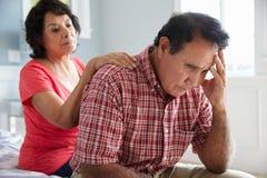 Frau, die den älteren Ehemann leidet mit Demenz tröstet Stockfoto