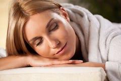 Frau, die den Moment im Badekurort genießt Lizenzfreies Stockfoto