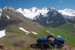 Frau, die den Mountain View genießt Lizenzfreie Stockbilder