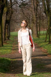 Frau, die in den Park geht stockfoto