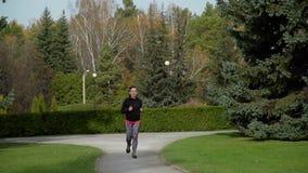 Frau, die in den Park läuft stock video