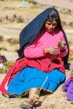 Frau, die in den peruanischen Anden bei Puno Peru spinnt Stockfoto