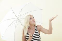 Frau, die den Regen wartet Stockbild