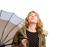 Frau, die den Regenschirm betrachtet anhält Stockfoto
