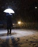 Frau, die in den Schnee geht Lizenzfreies Stockbild