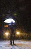 Frau, die in den Schnee geht lizenzfreie stockbilder