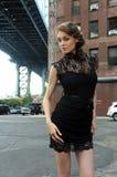 Frau, die den schwarzen Minidress steht unter Manhattan-Brücke trägt Lizenzfreies Stockbild