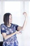Frau, die den Sensor anwendet Lizenzfreies Stockfoto