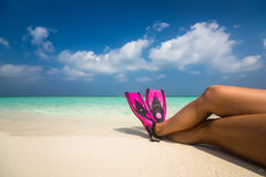 Frau, die an den Sommerstrand-Ferienfeiertagen liegen im Sand sich entspannt Lizenzfreie Stockfotografie