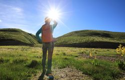 Frau, die in den Sonnenaufgangbergen wandert Lizenzfreie Stockfotografie