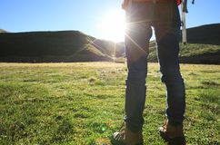 Frau, die in den Sonnenaufgangbergen wandert Stockbilder