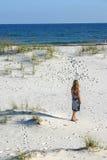 Frau, die den Strand anstarrt Lizenzfreies Stockbild