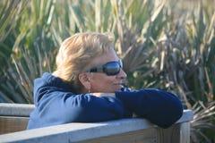 Frau, die den Strand genießt Stockbilder