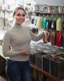 Frau, die den Tee nach Gewicht verkauft im Shop wählt Stockfotos