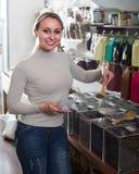 Frau, die den Tee nach Gewicht verkauft im Shop wählt Stockbilder