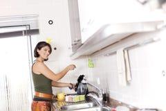 Frau, die den Tee zubereitet Stockfotografie