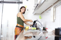 Frau, die den Tee zubereitet Stockbilder