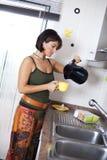 Frau, die den Tee zubereitet Lizenzfreie Stockbilder