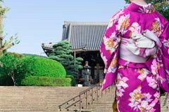 Frau, die den traditionellen japanischen Kimono geht zum Tempel in Kyoto, Japan trägt stockbilder