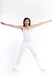 Frau, die den Trainingsausdehnungssprung glücklich ausübt Lizenzfreie Stockfotos