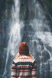 Frau, die den Wasserfall allein reist betrachtet Lizenzfreie Stockfotografie