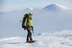 Frau, die in den Winterkarpatenbergen snowshoeing ist Lizenzfreies Stockfoto