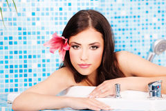 Frau, die in der Badekurortmitte sich entspannt Lizenzfreie Stockfotos