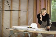 Frau, die an der Baustelle arbeitet Stockfoto