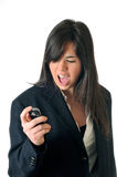 Frau, die an der Bildschirmanzeige ihres Mobiles schreit Stockfotografie
