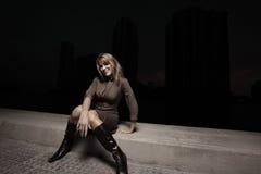 Frau, die in der Dunkelheit sitzt Stockbilder