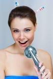 Frau, die in der Dusche singt Stockfoto