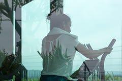 Frau, die in der Eignungsturnhalle trainiert und ausarbeitet Stockfotos