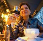 Frau, die in der Gaststätte sitzt Stockfoto