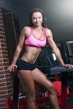 Frau, die an der Gymnastik ausarbeitet Stockbild