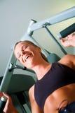 Frau, die in der Gymnastik ausarbeitet Lizenzfreies Stockbild