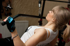 Frau, die in der Gymnastik trainiert Lizenzfreie Stockbilder